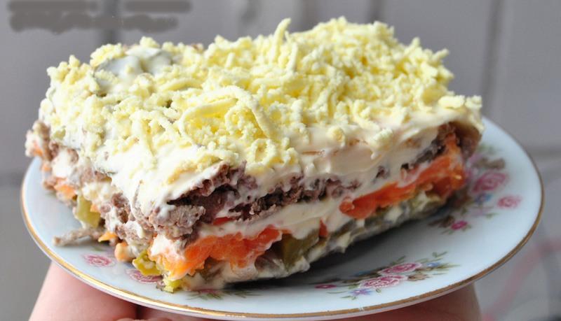 Салат из печени с сыром слои