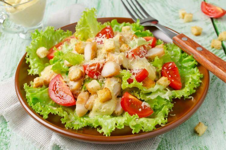 рецепт салата Цезарь с оригинальной заправкой