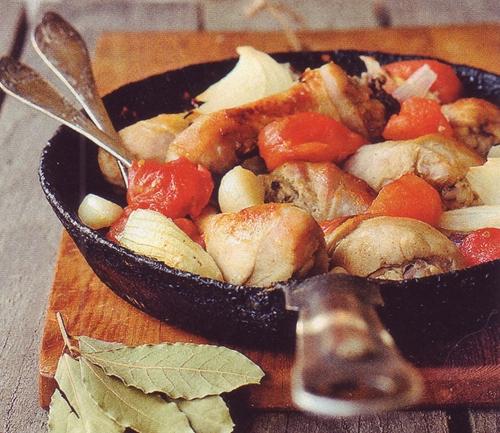курица запеченная с помидорами