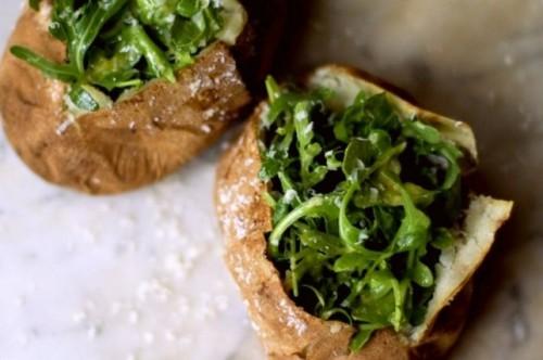 картофель запеченный с руколой и сыром