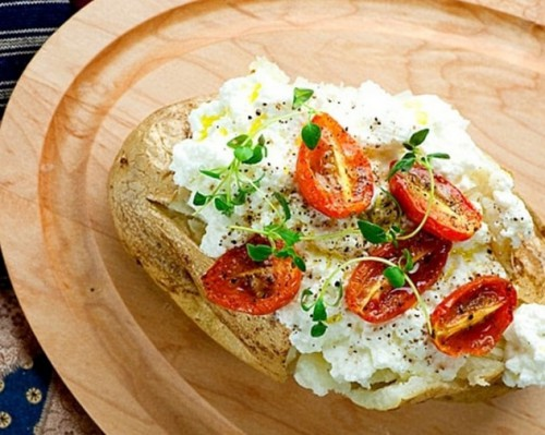 картофель запеченный с сыром и помидорами