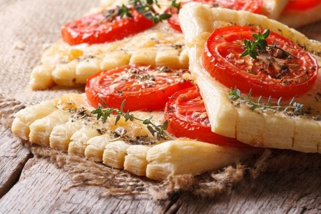 бутерброды слоеные с томатами и сыром