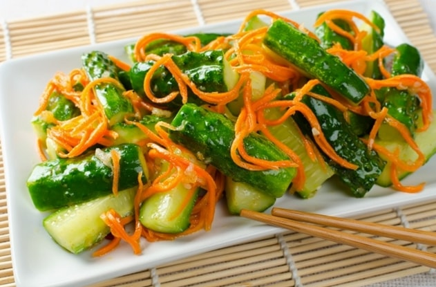 салат острый из огурцов и моркови