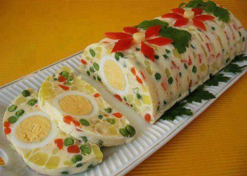 желейный салат с яйцом, яблоками и ветчиной