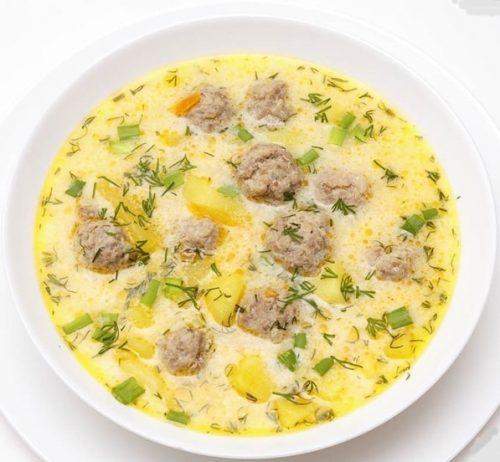 сливочный суп с фрикадельками и зеленью